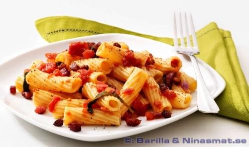 Rigatoni all'Amatriciana med rimmat sidfläsk i tomatsås