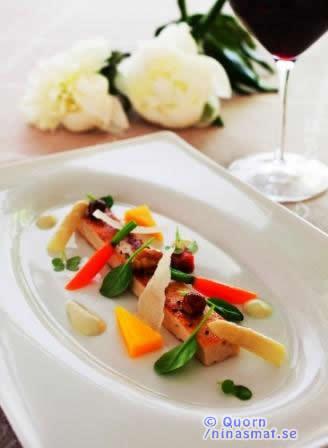 Tryffelstekt Quornfilé med sommargrönsaker, sparris & potatiscreme samt en vinegrette på rostade nötter, hyvlad parmesan och krispiga örte