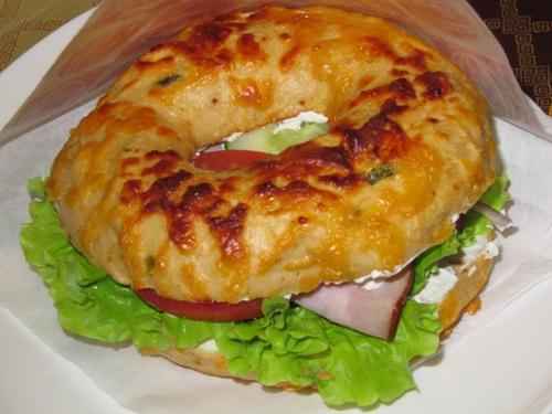 chili/cheddar bagel med spicy fyllning
