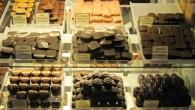 Chokladprovning av handgjorda praliner, chokladkakor, glass, marmelador allt gott du kan tänka dig hos chocolatte