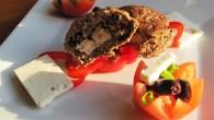 Biffar med smak av timjan och vitlök med fetaostfyllning och oliver