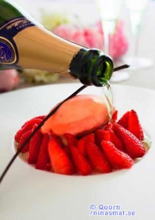 Svenska jordgubbar med rabarbersorbet, toppad med champagne och chokladkrisp