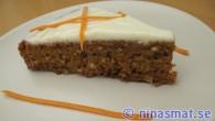 Saftig och fyllig morotskaka. Med en glasyr av färskost och smak av citron. En matberedare med kniv passar jättebra att använda till det här receptet på morotskaka.