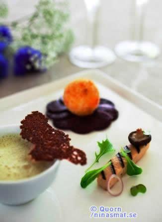 Rödbetscarpaccio serveras med en croquette av Quornfärs smaksatt med prästost och persilja. Skummig silverlöks & mandelpotatisvichyssois serverad med en kryddig sallad på grillad Quornfilé. machésallad och shiitakesvamp.