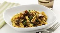 Smaken av vitlök och peperoncino ger pastarätten extra sting och fusillin passar utmärkt till den här rätten eftersom dess spiraler fångar upp olivoljan och bitarna av svampen perfekt.