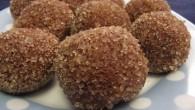 Chokladboll med kaffe smak som är nyttigare med kesella lätt och vanlijpulver. Rullat i lite rårörsocker för en bra blandning emot chokladen.