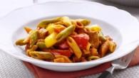 Den stora mängden grönsaker i såsen gör att den passar utmärkt med Penne med smak av tomat och spenat. Såsen har dessutom en krämig karaktär trots att den inte innehåller grädde
