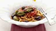 Bavette alla Puttanesca. Oliver, sardeller och kapris ger en utmärkt sälta till rätten. Bavette är en platt form av Spaghetti.