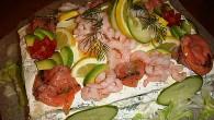 Smörgåstårta med räkor, tonfisk och lax. Garnerat med räkor och avokado.