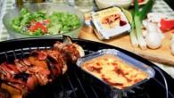 Ostkaka värmd på grillen serverad med färska bär och frukter är en perfekt avslutning på sommarens grillmiddagar.