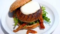 Recept på enkel vegetarisk hamburgare med mozzarella och soltorkade tomater