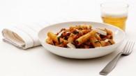 Avnjut kvällen med Rigatoni, salsiccia och pecorinoost, en mustig italiensk pastarätt perfekt för hösten!