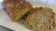 Saftigt morotsbröd gjort på dinkelmjöl och full med fröer