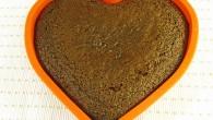 Bjud din älskling eller någon du gillar på en saftig chokladkaka i en hjärtform