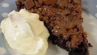 Härlig chokladtårta med hackade dajmbitar ovanpå som fått smälta ihop med chokladtårtan