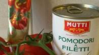 Muttis tomatpuré, lök, basilika, chili, nötfärs, en burk med skalade och fileade tomater från Mutt